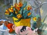vaas met gele tulpen en varken